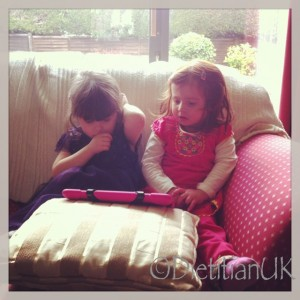 Dietitian UK: Cousins chill together.